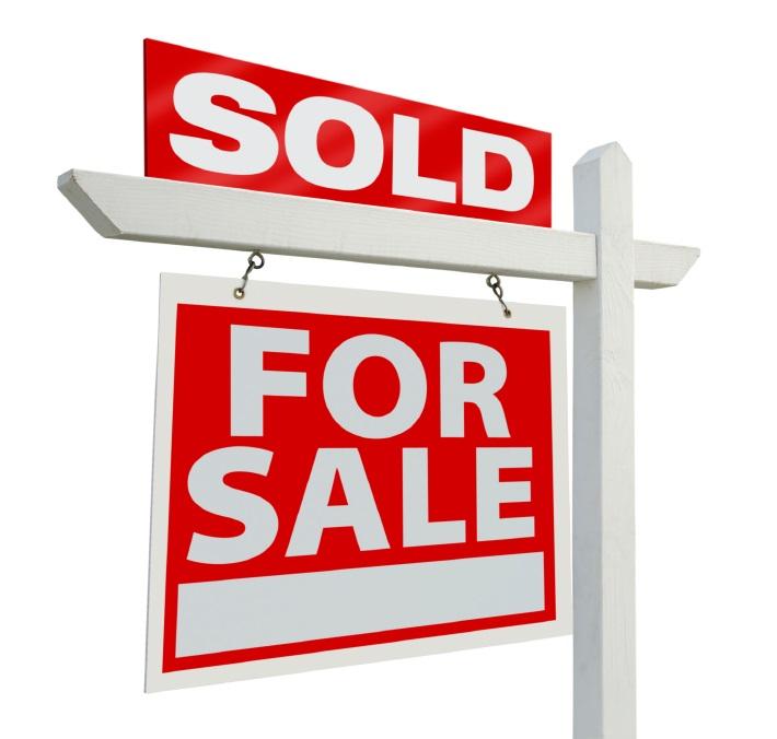 Afbeelding van een 'te koop-bord' met daarop SOLD en FOR SALE.