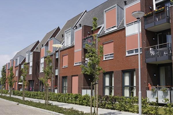 Foto van een rij nieuwbouwwoningen. Ook bij nieuwbouw kun je onderhandelen!