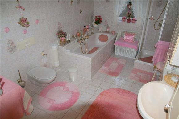 Voorbeeld van een foute Fundafoto. Een badkamer met erg veel roze.