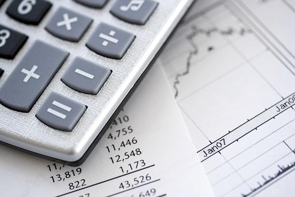 Afbeelding van een rekenmachine en berekeningen