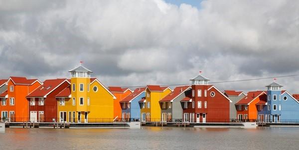 Afbeelding van gekleurde huizen aan het water