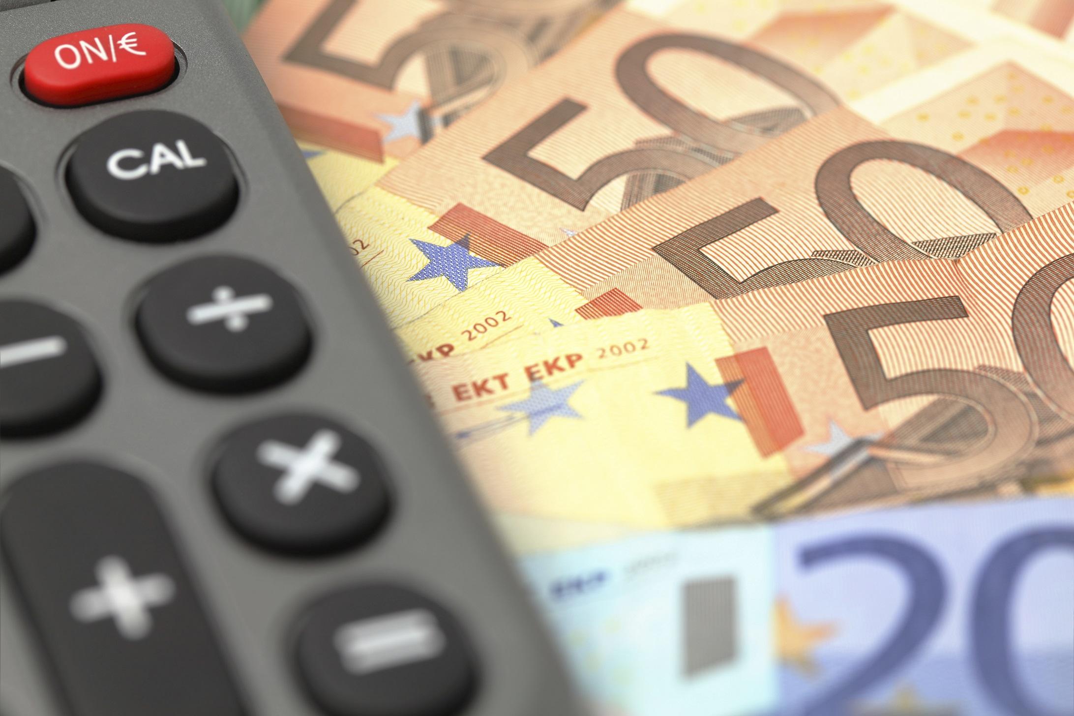 Afbeelding van een rekenmachine en bankbiljetten