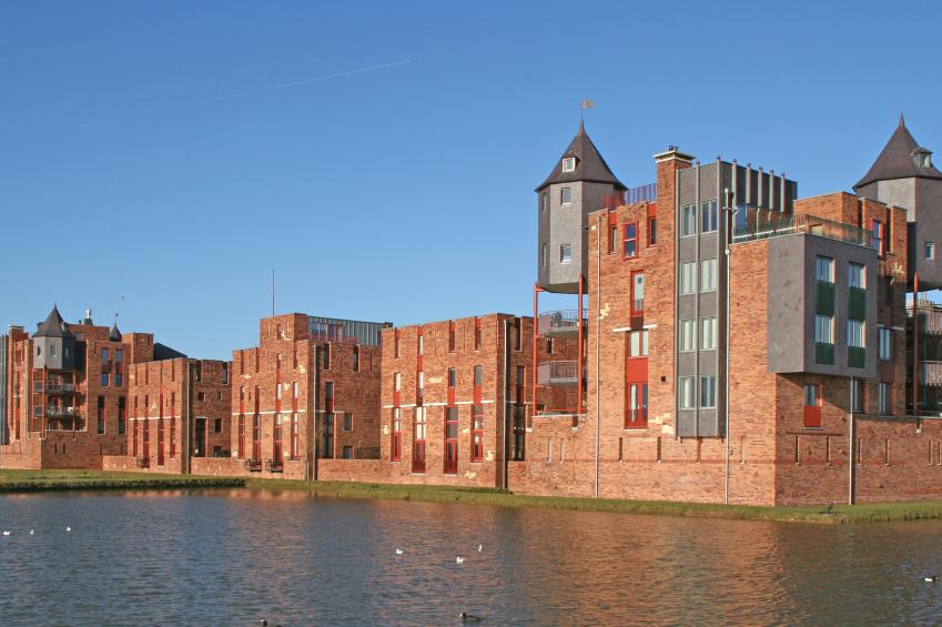 Afbeelding van een aantal nieuwbouwwoningen aan het water